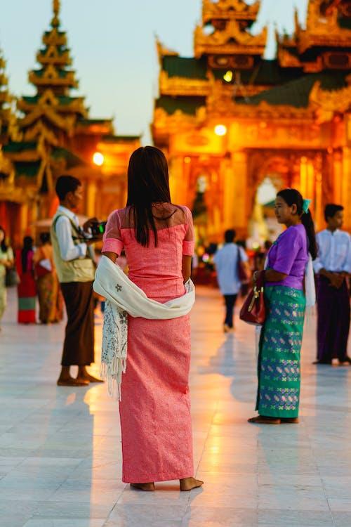 Budist tapınağı Shwedagon Pagoda Yangon Myanmar Burma'da pembe elbise giyen Birmanyalı kadın
