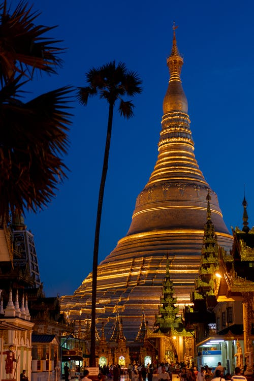 Karanlık alacakaranlık fotoğrafçılığını geçen altın saat gün batımında Shwedagon Pagoda Yangon Myanmar Burma'yı ziyaret edin