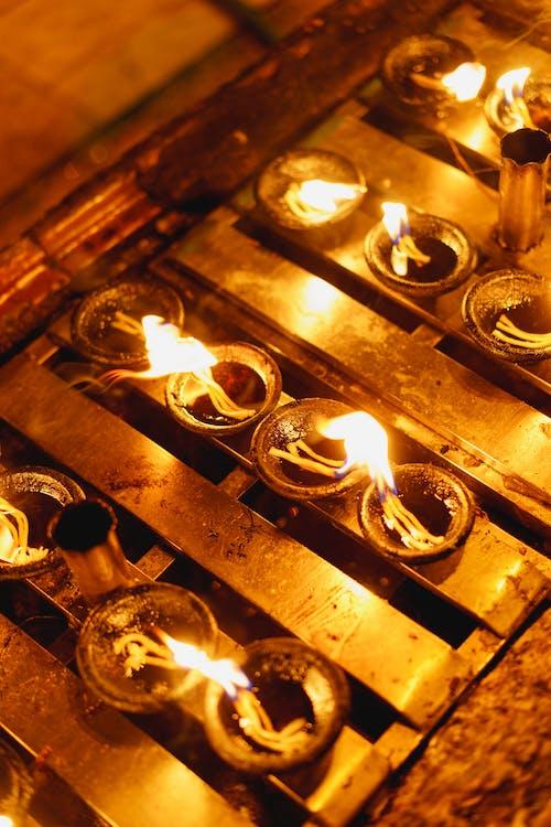 Shwedagon Pagoda Yangon Myanmar Burma'da Budist duası için yanan mumlar