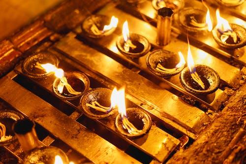 Budist duası için yanan mumlar Shwedagon Pagoda Yangon Myanmar Burma