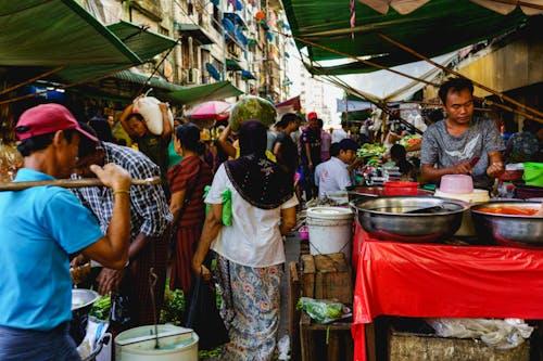 Çin Mahallesi Yangon Myanmar Burma'da mal ve üretim satan yerel satıcılar sokak pazarı