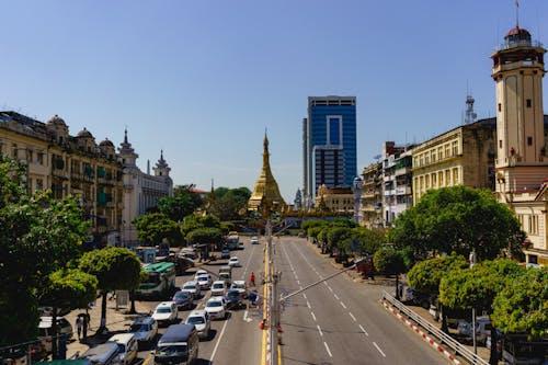 Yangon Myanmar Burma şehir merkezindeki kavşağın merkezinde Sule Pagoda