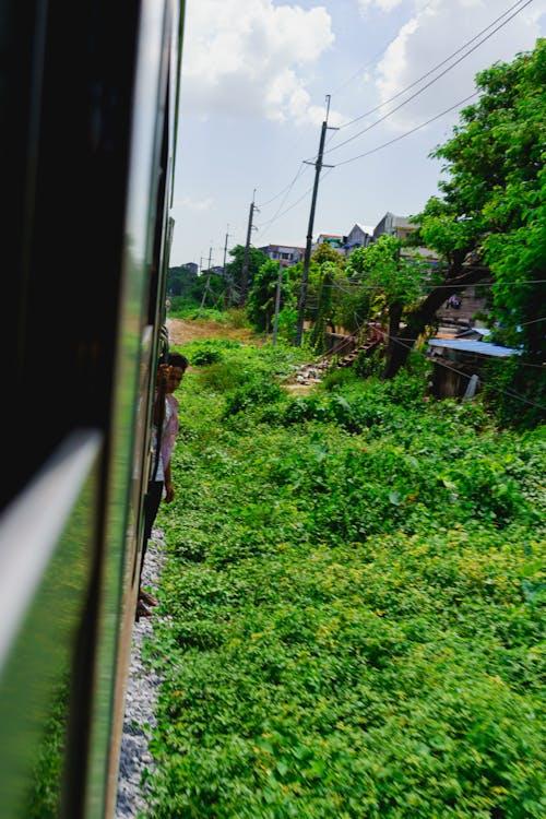 Yangon Circle Line Tren Myanmar Burma'nın yanında takılan erkekler
