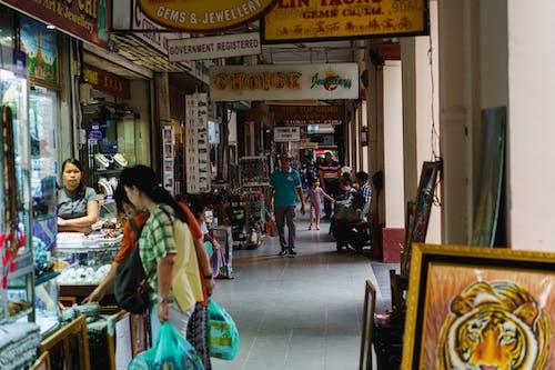 Yangon Myanmar Burma şehir merkezindeki Bogyoke Scotts pazarında mücevher takı yeşim satıcıları ve dükkanları