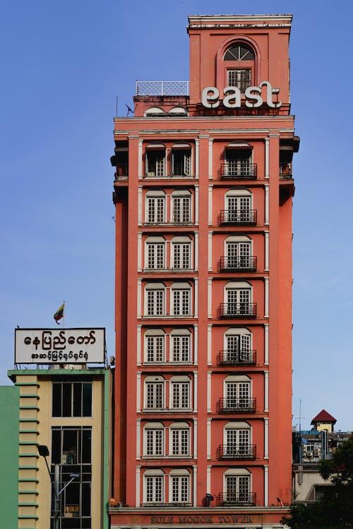Yangon Myanmar Burma şehir merkezindeki Sule Shangrila otelinin yakınında pembe doğu binası