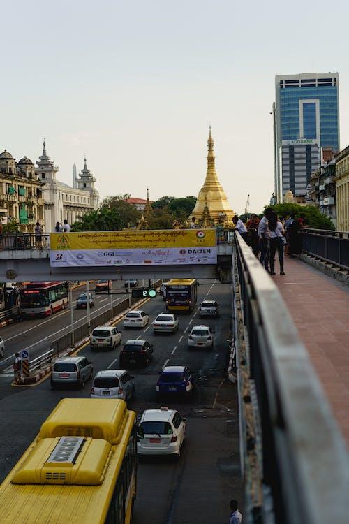 Sule Pagoda Yangon Myanmar Burma manzaralı yoğun yol üzerinde yaya üst geçidi yürüyüş köprüsü