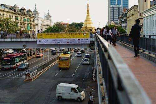 Sule Pagoda, Yangon Myanmar Burma şehir merkezindeki yaya yükseltilmiş geçit köprüsünden görüntülendi