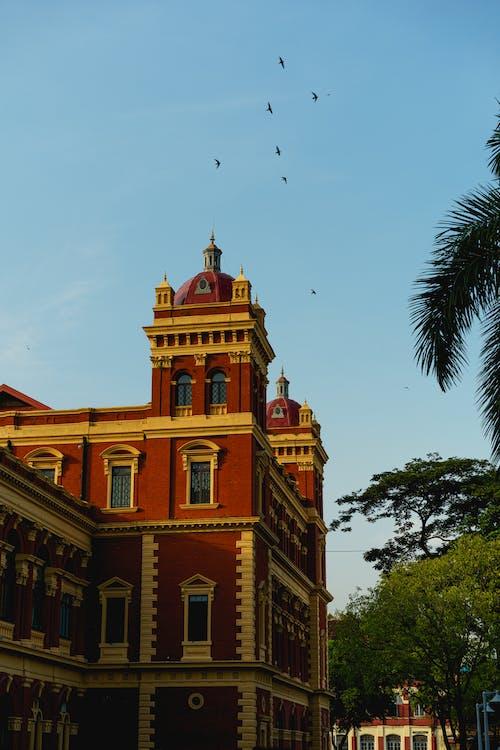 Yangon Myanmar Burma şehir merkezinde tarihi dönüm noktası inşa eden kırmızı ve sarı Sekreterlik