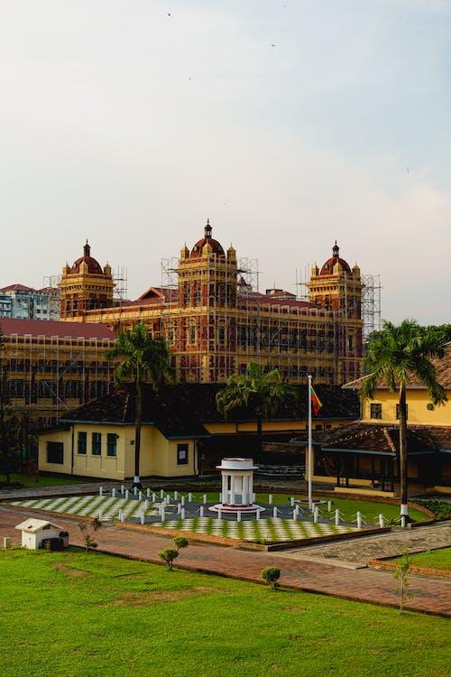 Yangon Myanmar Burma şehir merkezinde tarihi dönüm noktası inşa eden Sekreterlik'teki çimenler ve avlu