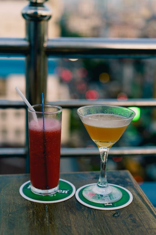 Chinatown Yangon Myanmar Burma'daki en iyi çatı barında karpuz suyu ve Mandalay Sour kokteyli