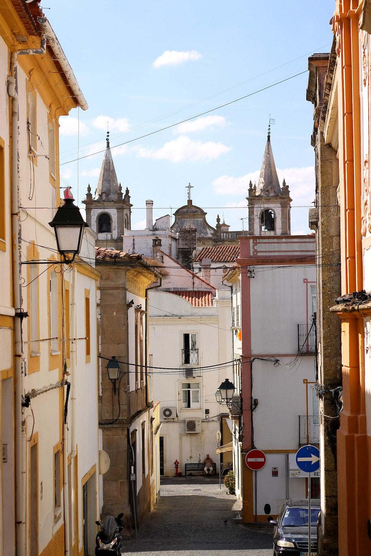 Churches as a backdrop for a scene in Portalegre
