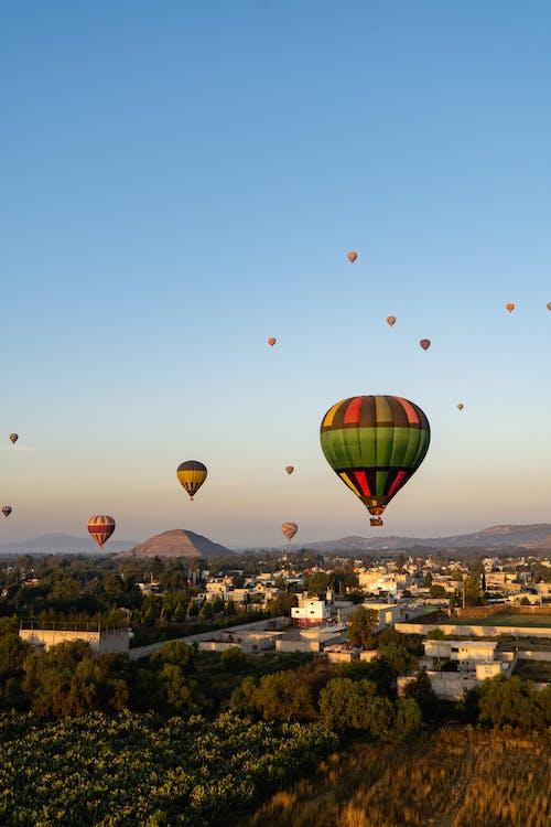 Güneş doğarken Teotihuacan Meksika üzerinde uçan sıcak hava balonları