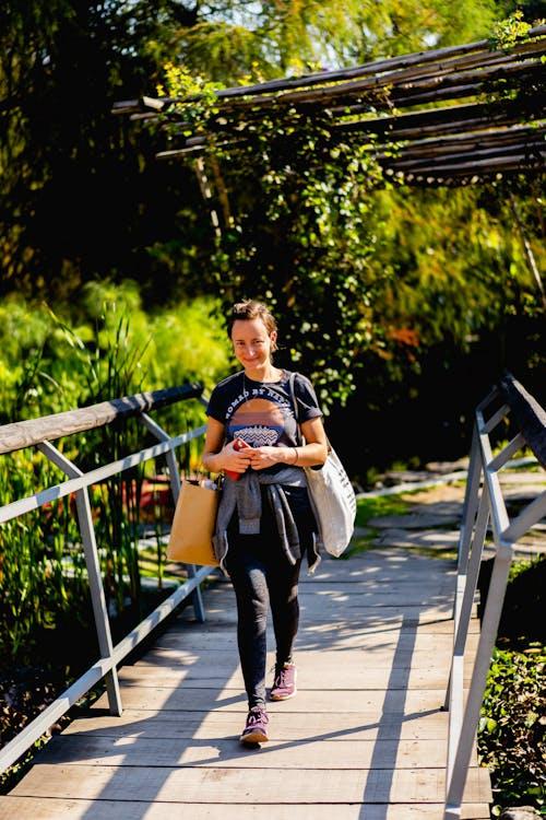 Mexico City Jardin Botanico'da tahta bir kaldırımda yürüyen kız