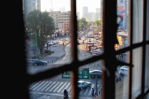 Mexico City şehir merkezindeki yoğun bir caddenin pencere camlarından görüntüleyin
