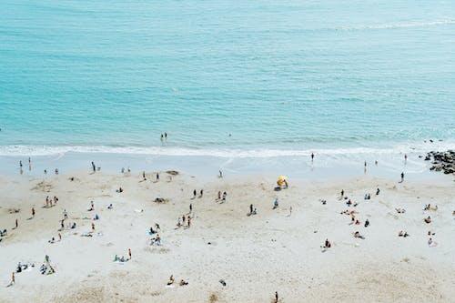 Lima Peru'daki beyaz kumlu plaj, sahile gidenlerin okyanusa doğru yöneldiği