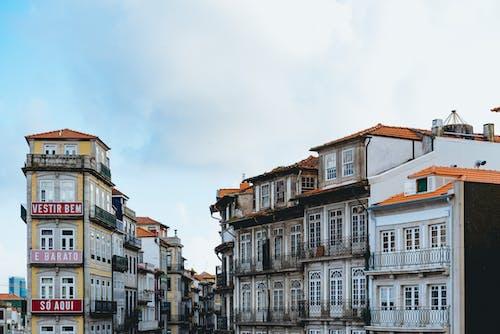 Puslu bir günde Porto Portekiz şehir merkezindeki geleneksel Portekiz tarihi binaları