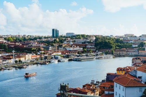 Öğleden sonra Porto ve Gaia arasındaki mavi Duoro nehrinde bir tekne yelken açıyor.