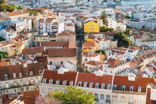 Lizbon'da bir bakış açısından yukarıda görüldüğü gibi kırmızı çatılar ve beyaz binalar
