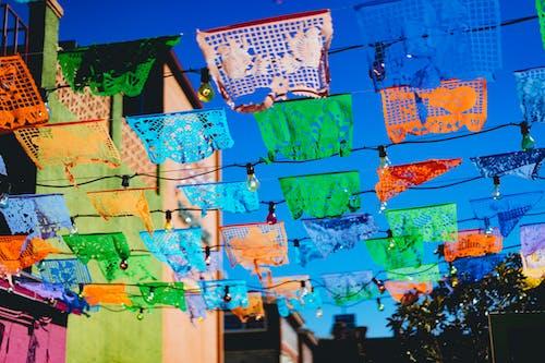 San Antonio Texas'ta bir geçit boyunca Meksika tarzı bayraklar asıldı