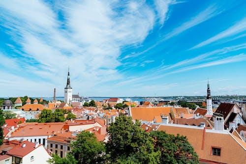 Estonya'daki Tallinn'in tarihi kentinin üzerinde mavi bir gökyüzünde dönen beyaz bulutlar