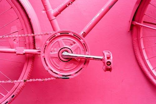 Puerto Plata Dominik Cumhuriyeti'ndeki Pink Street'te boyalı bir duvarda pembe bisiklet dişlileri ve tekerlekleri