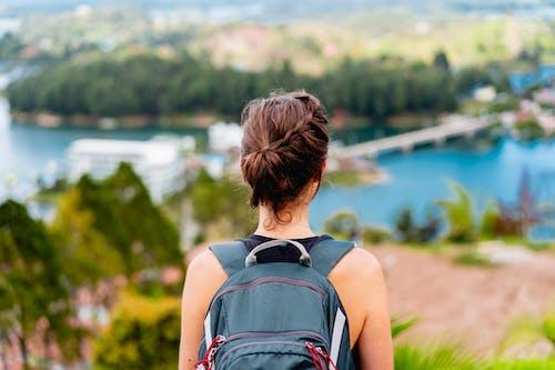 Guatape Kolombiya adalarına ve göllerine bakan sırt çantası takan kız