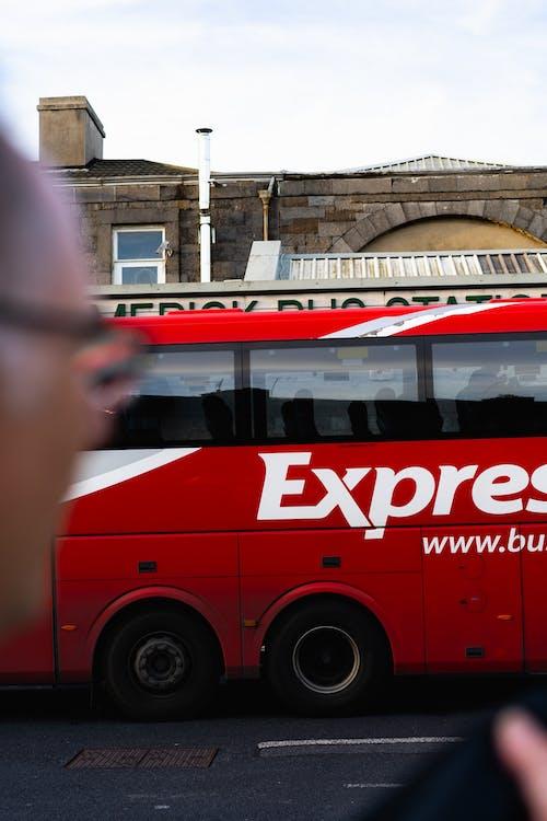 Gri bir taş bina önünde Limerick, İrlanda'da kırmızı ekspres otobüs