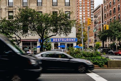 Yukarı batı tarafında seinfeld restoranının yakınında Broadway'den geçen arabalar