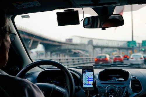 Mexico City'de bir otoyolda bir Uber'de direksiyon simidi ve taksi şoförü