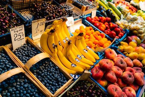 Telliskivi Yaratıcı Şehri Tallinn'de yaban mersini, muz ve çörek şeftali dahil satılık meyveler