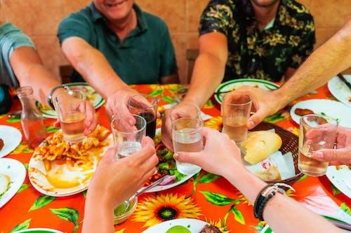 Turuncu bir masa örtüsü üzerinde merkeze doğru uzanan şeffaf gözlüklü yedi kol