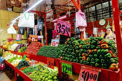 Meksika'da bir şehir pazarında sıra sıra domates, chayote ve biber