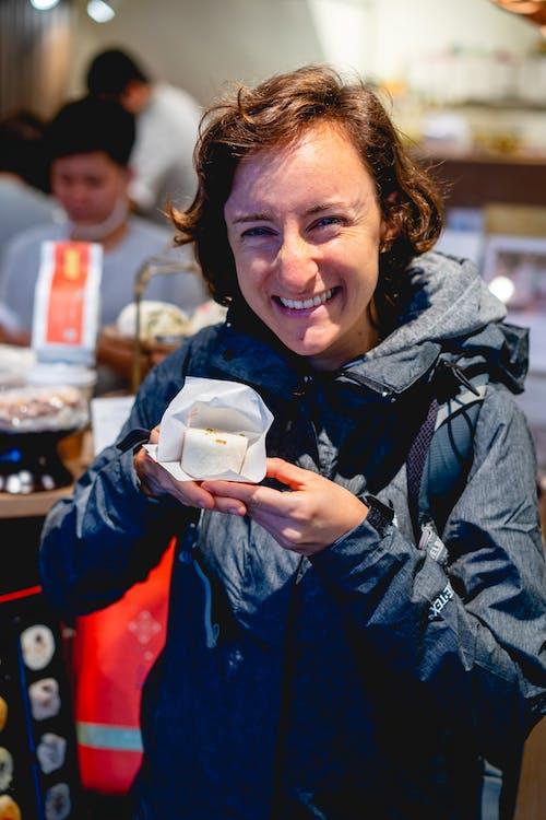 Taipei'de elinde taze beyaz pirinç tatlısı tutarken gülümseyen kız