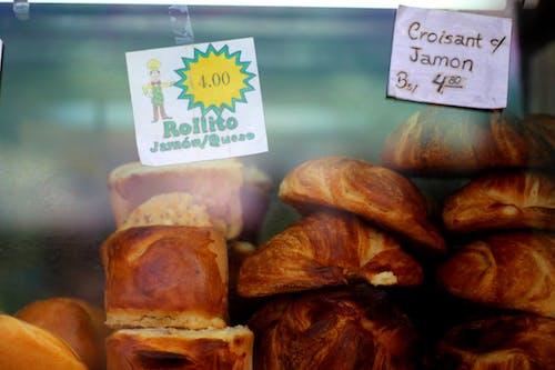La Paz'da bir cam pencereden satılık Bolivya bolitosu ve kruvasan con jamon