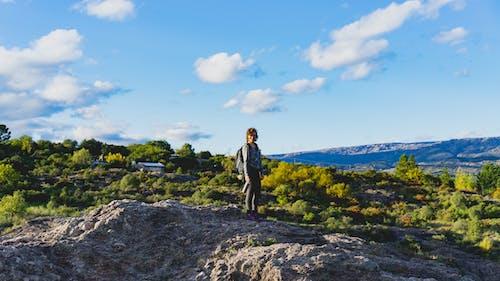 Mina Clavero Arjantin'de bir kayanın üzerinde yürüyüş sırt çantası takan kız