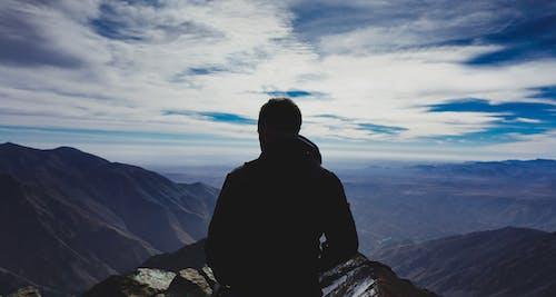 Fas Atlas Dağları'nda mesafeye bakan adam silüeti