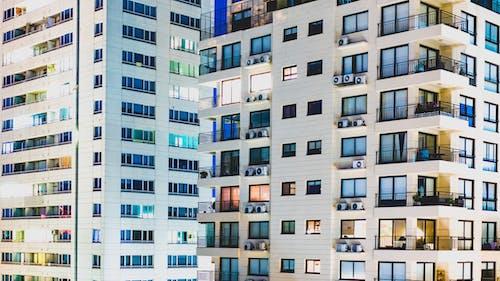 Buenos Aires'teki beyaz apartmanlar hava karardıktan sonra pencerelerde ışıklar açıldı