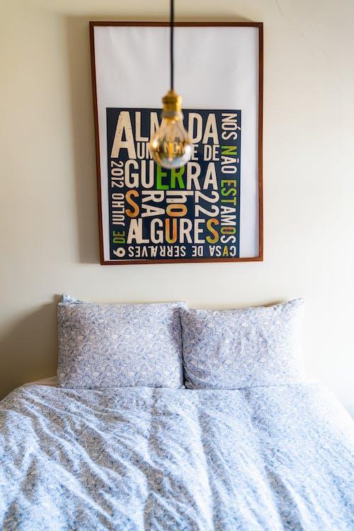 Mod minimalist 60'ların tarzı retro yatak odası dekoru
