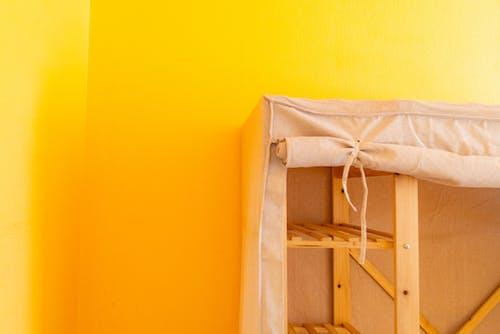 Hafif ahşap ranza dış ve kanvas kumaş ile sarı duvar