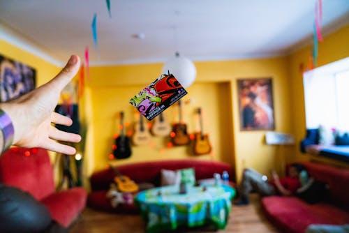 Eklektik tarzda bir ortak alanda bir otel odasının anahtarını havaya fırlatmak