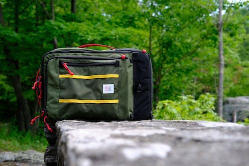 Bir yaz yürüyüş sahnesi sırasında bir taş çıkıntı üzerinde yürüyüş sırt çantası
