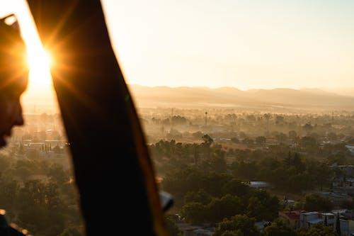 Sıcak hava balonu uçuşundan görüldüğü gibi tarlaların ve ağaçların üzerinde güneş parlaması