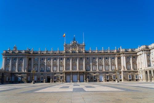Madrid'de ünlü bir katedral ile parlak mavi gökyüzü ve şehir manzarası