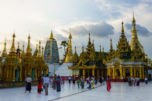 Gün batımında Shwedagon Pagoda'da Birmanya altın pagodaları