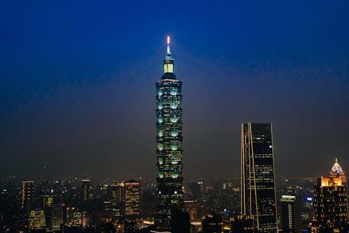 Taipei 101, geceleri solan mavi bir gökyüzüyle aydınlandı