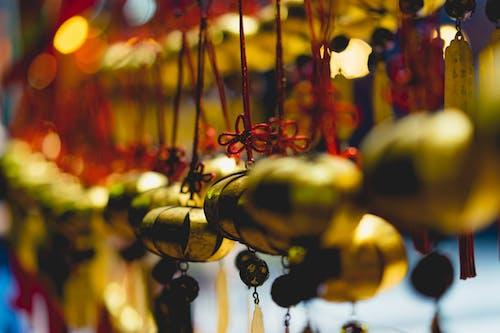 Kırmızı iplerle asılı altın el yapımı sarkan tılsımlar