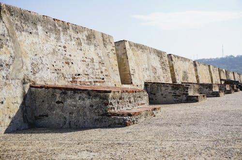 Arka planda hafif bir taş tarihi kale ve tepeler
