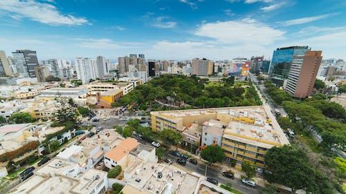 Bir çatıdan sokak köşegenlerinin ve konut apartmanlarının geniş açılı görünümü