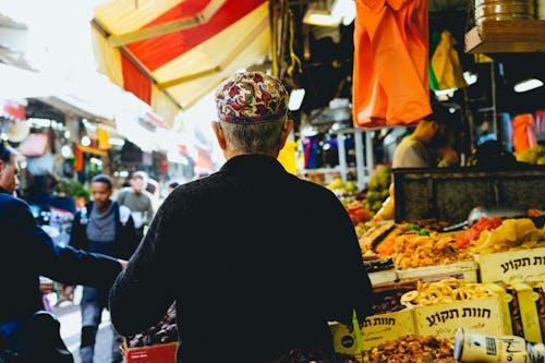 Tel Aviv'deki merkez pazarda başörtüsü takan adam