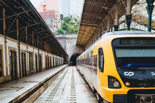 Bir şehirde bir tren istasyonunda park edilmiş sarı tren